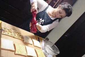 サンドウィッチを作っている